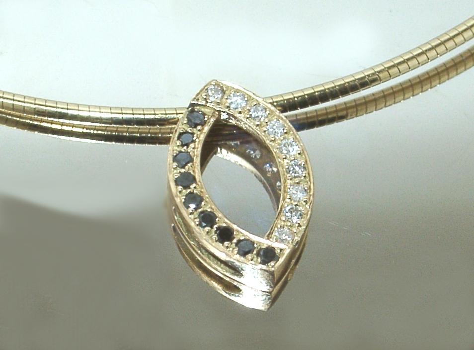 pendentif diamants noirs et blancs